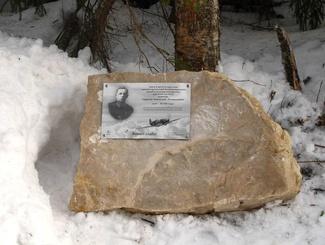 На месте падения самолета советского летчика Анатолия  Тарасова установлена памятная табличка