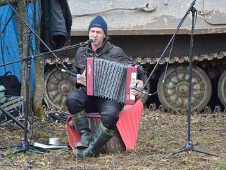 Исполнитель Игорь Растеряев выступил перед поисковиками экспедиции «Долина» на «Вахте Памяти-2016»