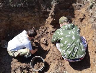 Поисковики обнаружили захоронение мирных жителей близ деревни Моглино Псковской области