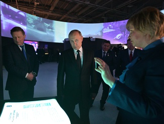 Владимир Путин осмотрел выставку «Имена из солдатских медальонов» в Историческом парке «Россия – моя история» в Волгограде
