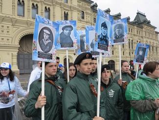 Поисковики прошли по Красной Площади в шествии «Бессмертный полк»
