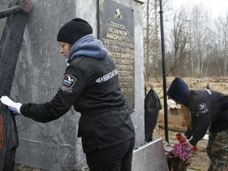 Поисковики Южного Урала отреставрировали памятник 73-ей отдельной морской бригады в Ленинградской области