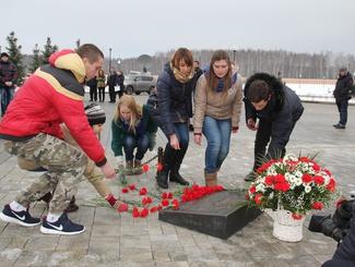 Активисты «Поискового движения России» возложили цветы к Могиле Неизвестного Солдата  на Федеральном военном мемориальном кладбище