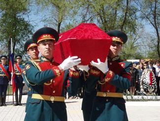 Церемония прощания с 27 красноармейцами, найденными поисковиками, состоялась в Воронежской области