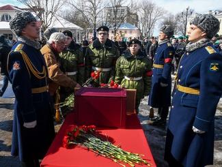 Церемония передачи останков экипажа бомбардировщика Пе-2, сбитого в 1944-м году на территории Эстонии, состоялась в Нарве