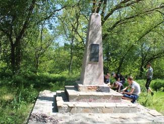 Активисты ростовского отряда «Звезда» и члены КМО «Донцы» восстановили памятник казакам, погибшим в период Гражданской войны