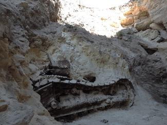 Участники Аджимушкайской экспедиции нашли под землей трактор, сейф и останки защитника каменоломен