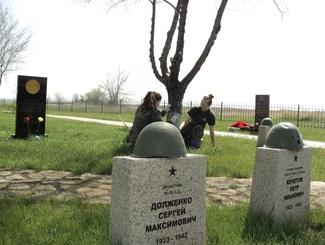 Участники «Вахты Памяти» в Волгоградской области провели субботник на Россошинском военно-мемориальном кладбище