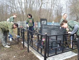 Поисковики Татарстана провели уборку на воинских захоронениях на Арском и Авдеевском кладбищах