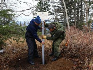 Сахалинские поисковики установили памятную табличку на месте крушения самолета ТУ-16Р