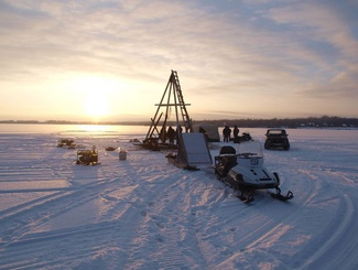 Поисковики отряда «Находка» подняли со дна озера Велье останки советского летчика