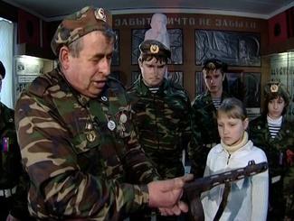 Поисковики поздравляют с юбилеем руководителя Краеведческого отряда «Поиск» Александра Попова