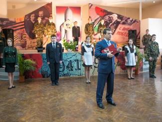 Казанские гимназисты подарили мэру города написанную ими книгу «Орден в твоем доме»